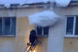 Ngjitet të shpëtojë fëmijën, zjarrfikësi rrëzohet prej borës