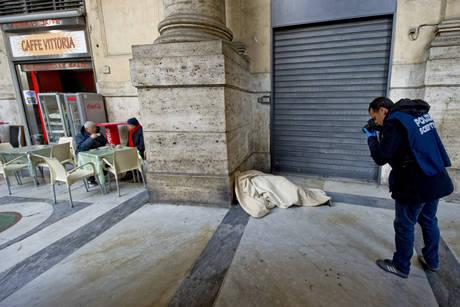 Napoli, pijnë kafe vetëm pak metra larg kufomës (FOTO)