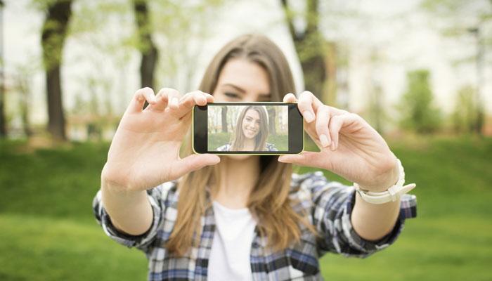 Kujdes me fotot, fleshi i telefonit ju dëmton lëkurën