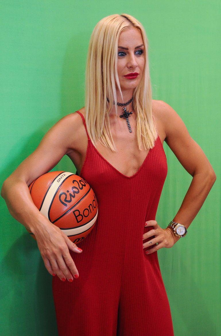 """""""Donin të më çonin në shtrat që të firmosja"""", akuzon ish-basketbollistja serbe"""