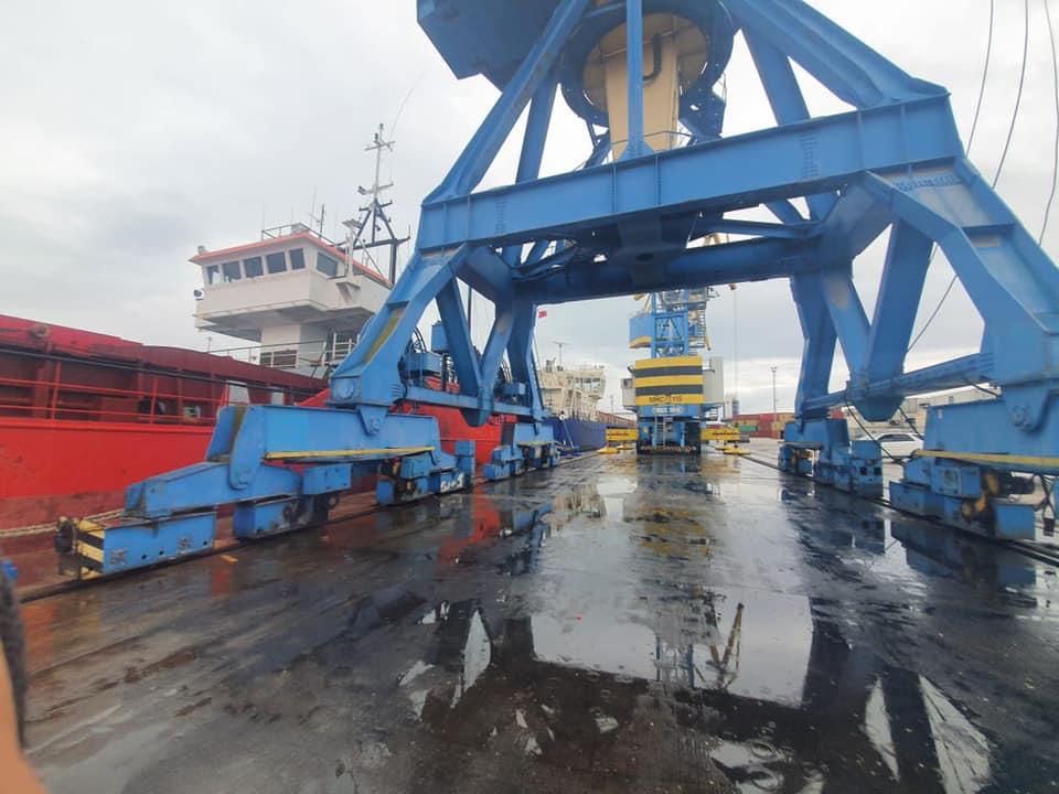 Moti me reshje/ Pengohet puna e përpunimit të anijeve në portin e Durrësit, tragetet vijnë në orar