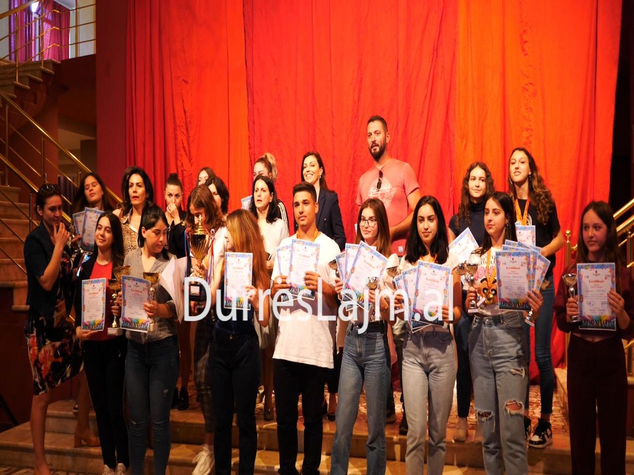 """Përmbyllet Festivali Rinor """"Epidamnus"""" në Durrës, ja shkollat triumfuese (VIDEO)"""