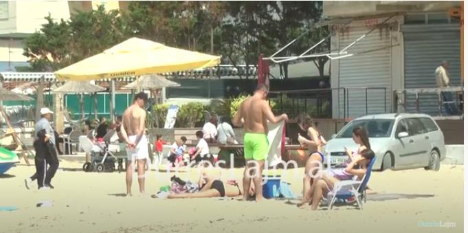 Koha me diell, qytetarët nisin plazhin në Durrës (VIDEO)