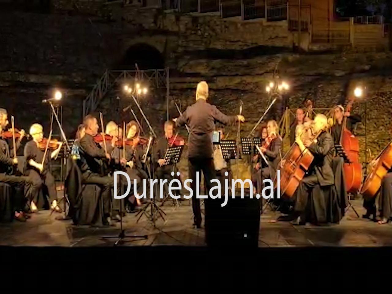 """Orkestra e Harqeve e Durrësit vë në skenë koncertin """"Ave ad amicis absentis""""(VIDEO)"""