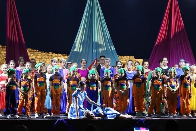 """Fëmijët e Durrësit krijojnë atmosferë të jashtëzakonshme në natën e parë të """"Festivalit Kombëtar të Teatrit për Fëmijë"""""""