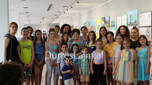 """""""Ngjyrat e shpirtit"""", artistët e vegjël të shkollës """"Mihal Ekonomi"""" surprizojnë me punimet e tyre (VIDEO)"""