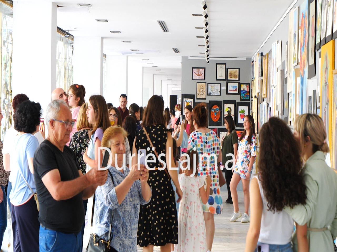 """Durrës, 300 punime të 45 piktorëve të vegjël ekspozohen tek """"Nikolet Vasia"""" (VIDEO)"""