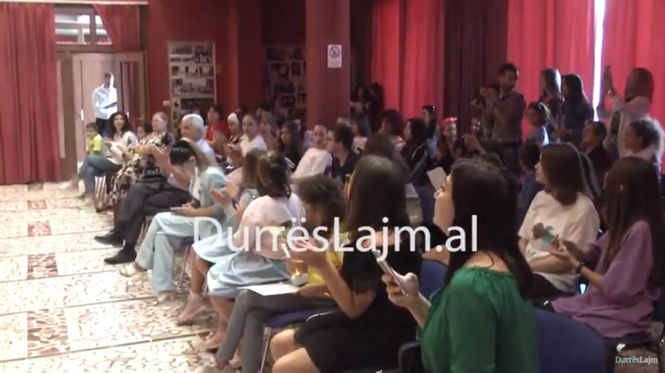 Durrës, shpallen fituesit e Festivalit të Ansambleve. Këngëtarët e vegjël ruajnë traditën popullore (VIDEO)