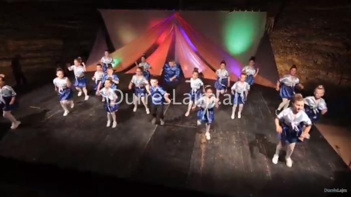 """Durrës, edicioni VII i """"Aldo Dance Festival"""", mbi 120 fëmijë ngjiten në skenën e amfiteatrit (VIDEO)"""