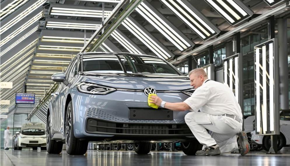 Volkswagen do të ndalojë shitjet e makinave me djegie të brendshme në Evropë në 2035-n
