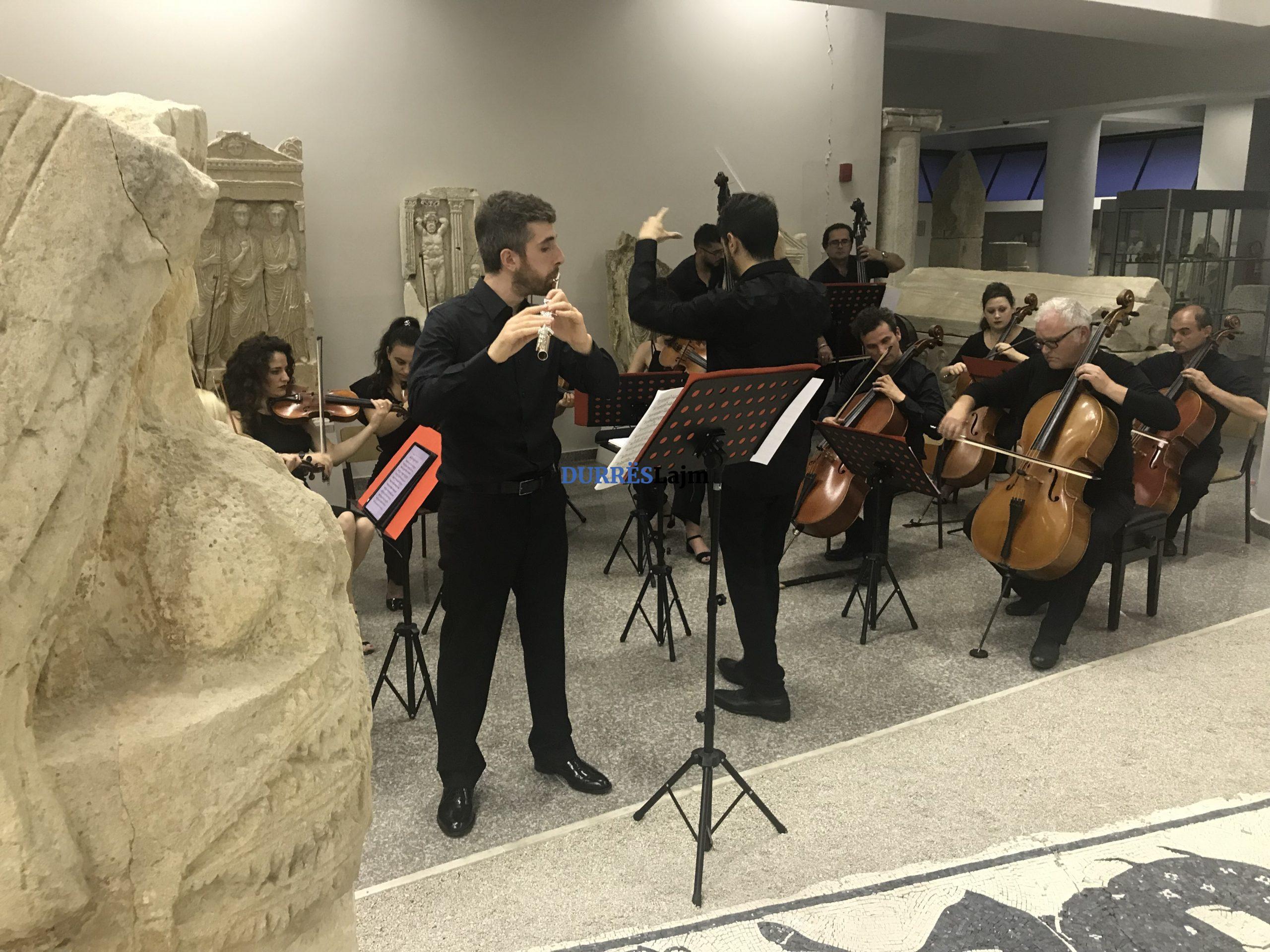 Instrumentistë vendas dhe të huaj sjellin në Muzeun Arkeologjik Durrës veprat e autorëve botërorë (FOTO)