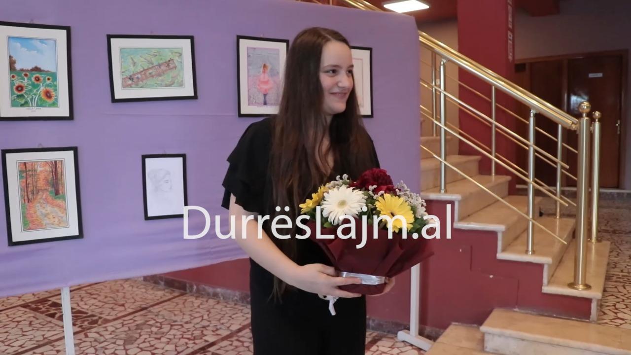 Durrës, piktorja 14-vjeçare hap ekspozitën e saj të parë (VIDEO)