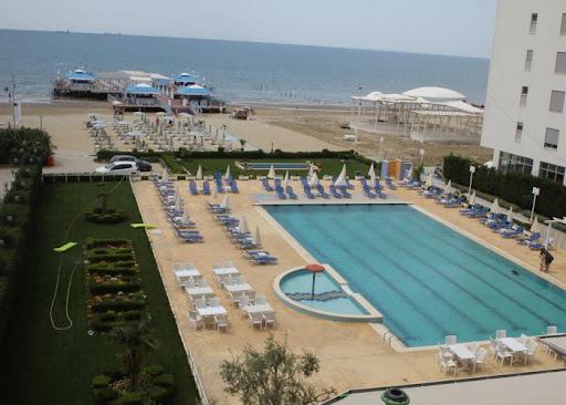 """NJOFTIM/ Hotel """"Blue Marine"""" tek Shkëmbi i Kavajës kërkon të punësojë sanitare, kushte shumë të mira pune"""