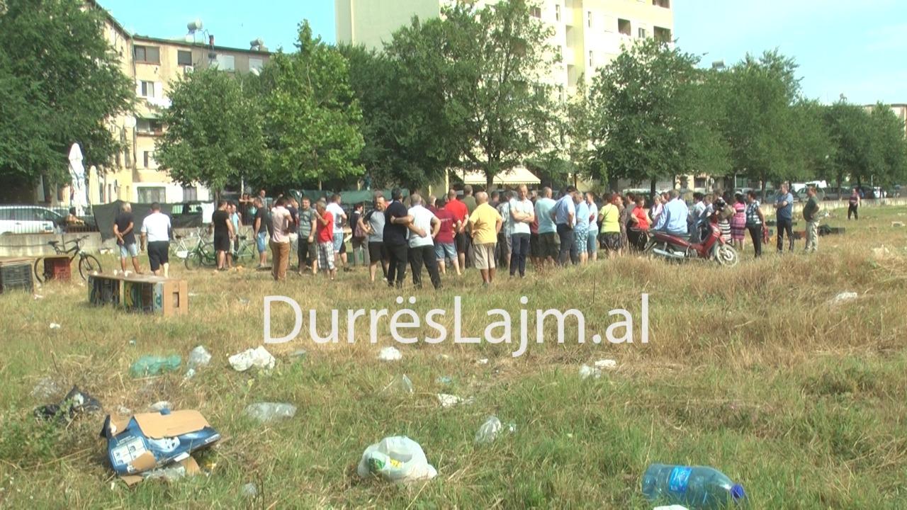 Tregtarët në Durrës sërish në protestë: Tregu i ri shumë larg, nuk kemi as gjërat më elementare (VIDEO)