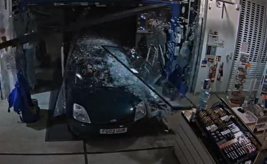 Çifti hyn me makinë në dyqanin e parfumeve dhe e grabit (VIDEO)