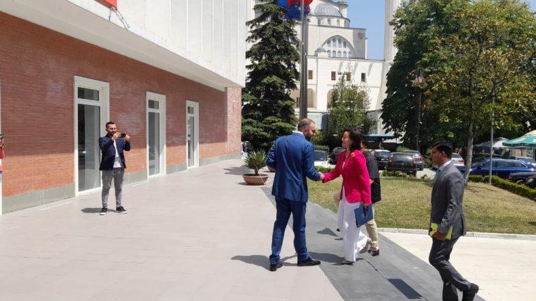 Ambasadorja Kim takohet me Bashën, mbërrin në selinë blu