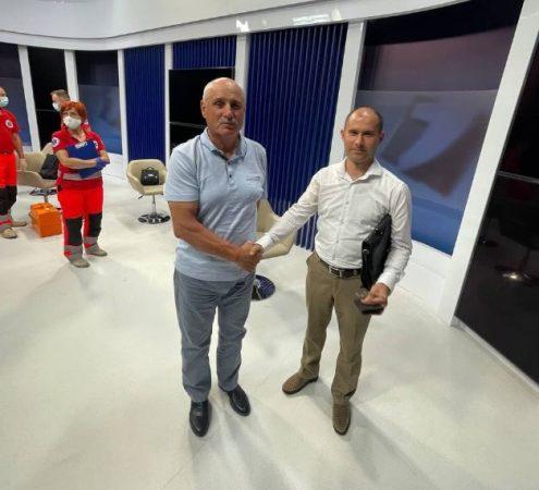 Pas akuzave, ish-zv.Ministri i Brendshëm rrihet me anëtarin e partisë live në emision (VIDEO)