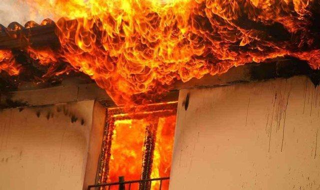 Përfshihet nga flakët shtëpia e një 36-vjeçareje në Durrës