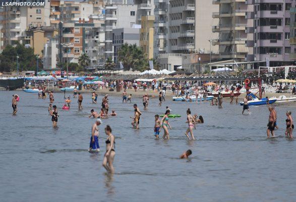 Turistët serbë fillojnë të zëvendësojnë kosovarët në plazhin e Durrësit