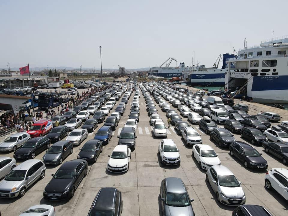 Gushti sjell emigrantët në shtëpi, sërish fluks pasagjerësh në portin e Durrësit (VIDEO)