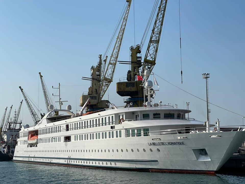 """Rikthehen krocerat në Durrës, """"La Belle de l'Adriatique"""" sjell turistët e parë për këtë vit"""
