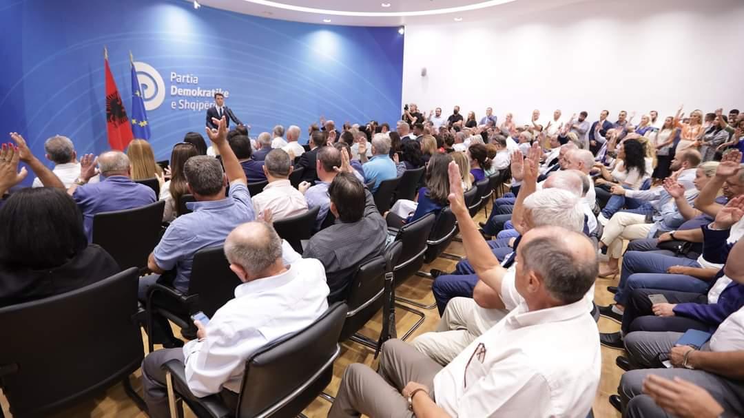 Zbulohen 15 anëtarët e rinj të kryesisë së PD, deputeti i Durrësit sërish pjesë e saj