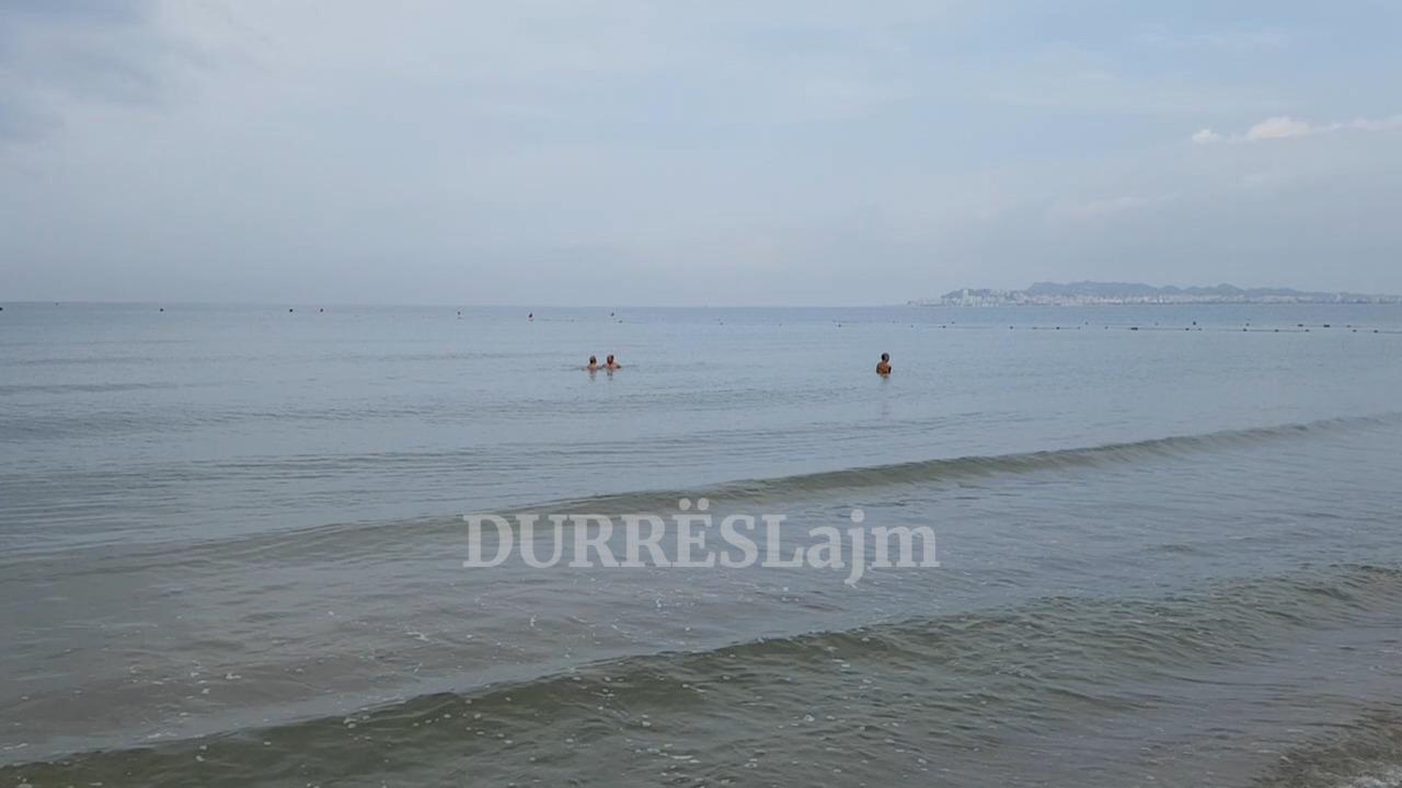 """Moti i vranët """"tremb"""" pushuesit në plazhin e Durrësit (VIDEO)"""