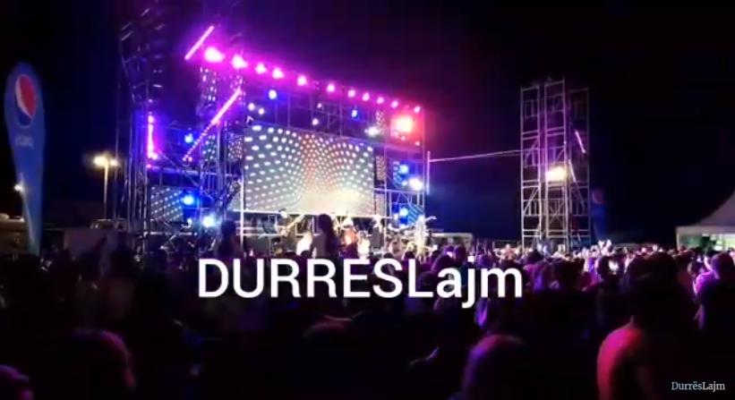 """Aurela Gaçe """"ndez"""" Durrësin, qytetarët kërcejnë e këndojnë në shëtitore (VIDEO)"""