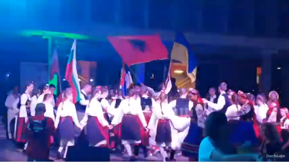 Valle në skenë, por valle edhe në shesh. Atmosferë festive në Durrës nga Festivali Ndërkombëtar i Folklorit (VIDEO)