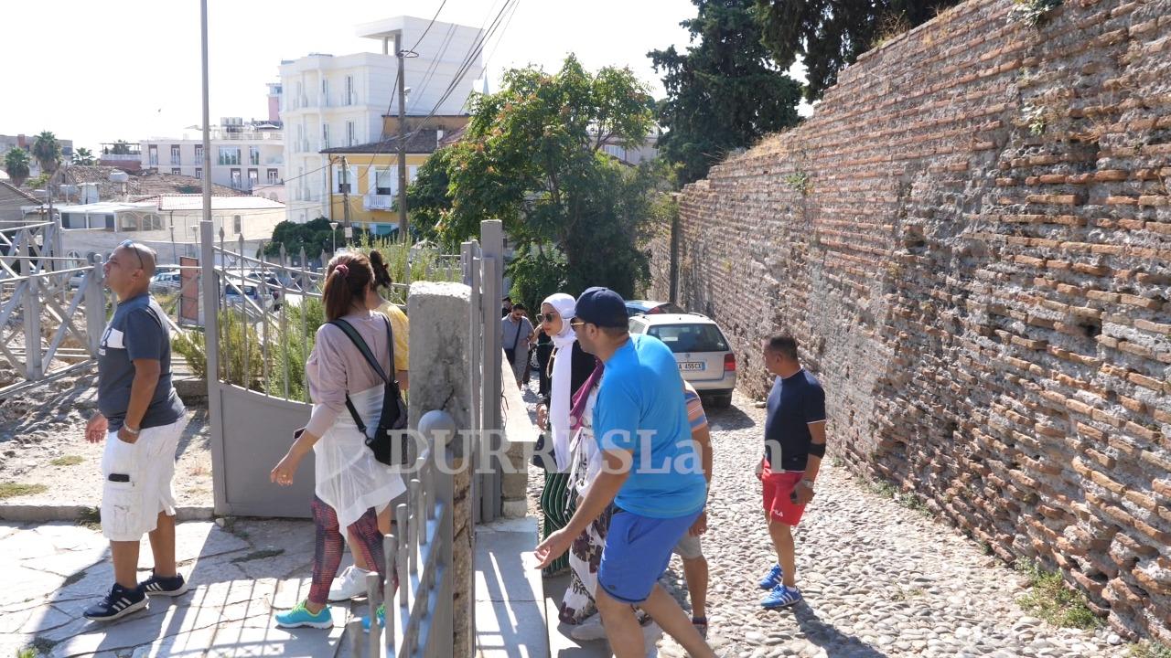 Rritet numri i turistëve në monumentet e trashëgimisë kulturore të Durrësit (VIDEO)