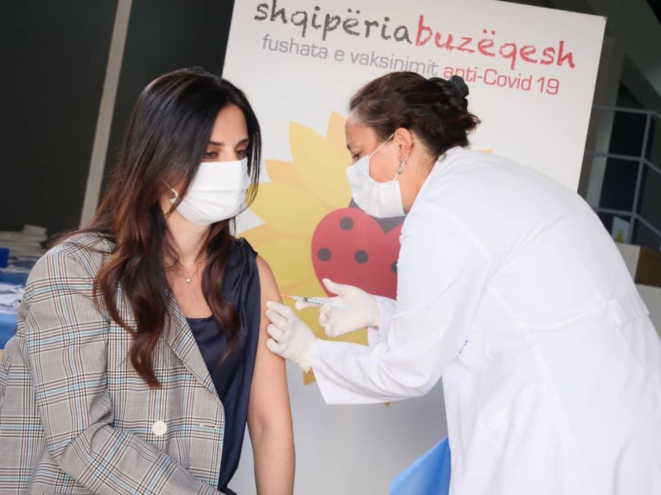Kryebashkiakja e Durrësit, Emiriana Sako merr dozën e dytë të vaksinës anti-Covid