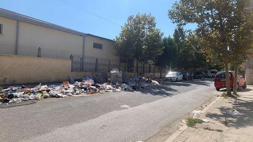 Situata e rëndë me plehrat në Durrës, qytetarja denoncon: Nuk dal dot nga shtëpia prej erës së keqe