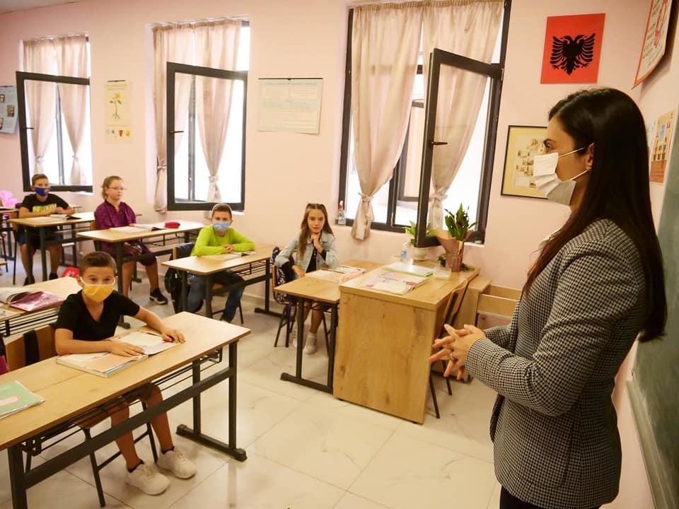 Dita e parë e shkollës/ Kryebashkiakja Sako uron nxënësit: Një vit sa më të mbarë e sa më të suksesshëm