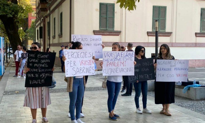 Me pankarta në duar, dhjetëra qytetarë protestojnë në rrugët e Tiranës për vrasjen e Sabrina Bengajn