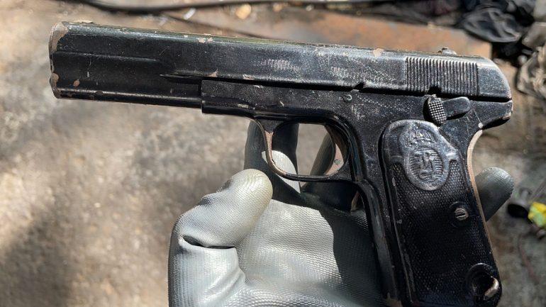 Iu gjetë pistoleta me fishekë në servis, shpallet në kërkim pronari