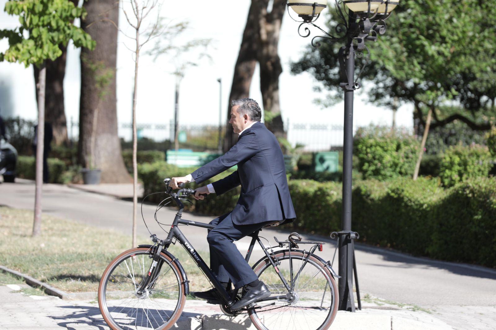 Nuk do të jetë më pjesë e qeverisë, ish-ministri shkon me biçikletë në Kuvend