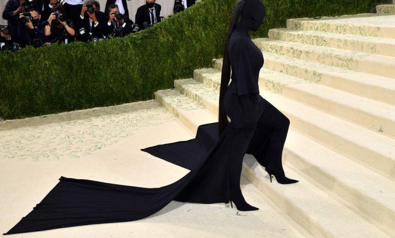 E kritikuan për veshjen, reagon Kim Kardashian