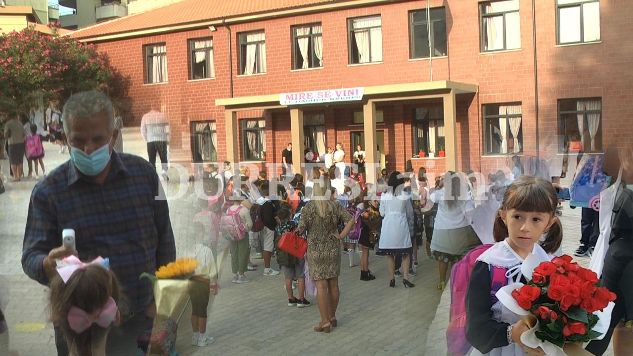 Starton viti i ri shkollor në Durrës mes tufave me lule dhe masave anti Covid-19 (VIDEO)
