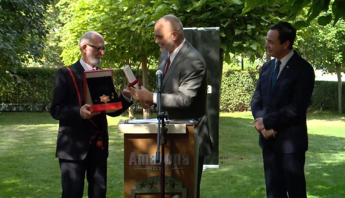 """Rama nderon Rexhep Qosjen me dekoratën """"Kordoni i Madh me Yll i Medaljes"""": Zotni burrë!"""