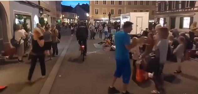 Në bare e restorante u kërkohet pasaporta e vaksinimit, qytetarët bëjnë piknik në rrugë (VIDEO)
