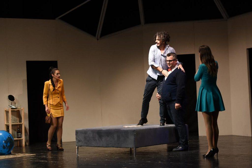 """Rikthehet komedia e suksesshme """"Boeing Boeing"""" në skenën e teatrit të Durrësit"""