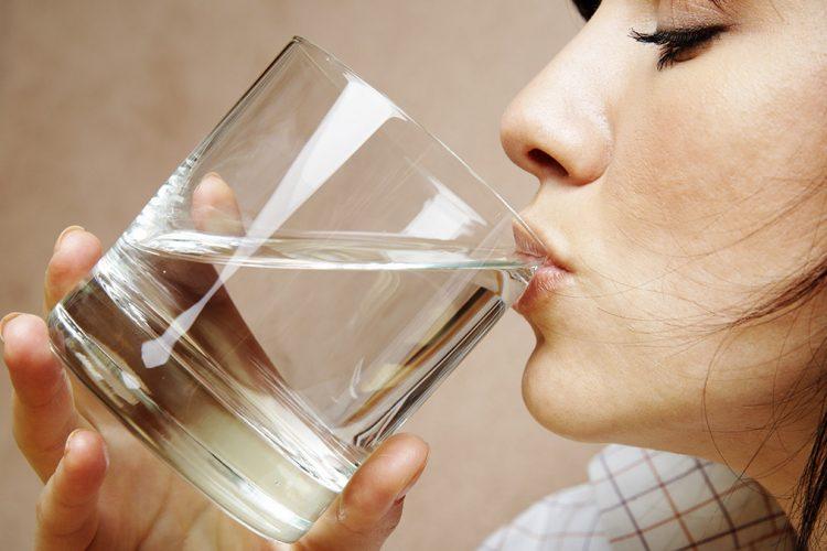 Uji i ftohtë kundrejt ujit të ambientit, zbuloni cili është më i mirë për shëndetin