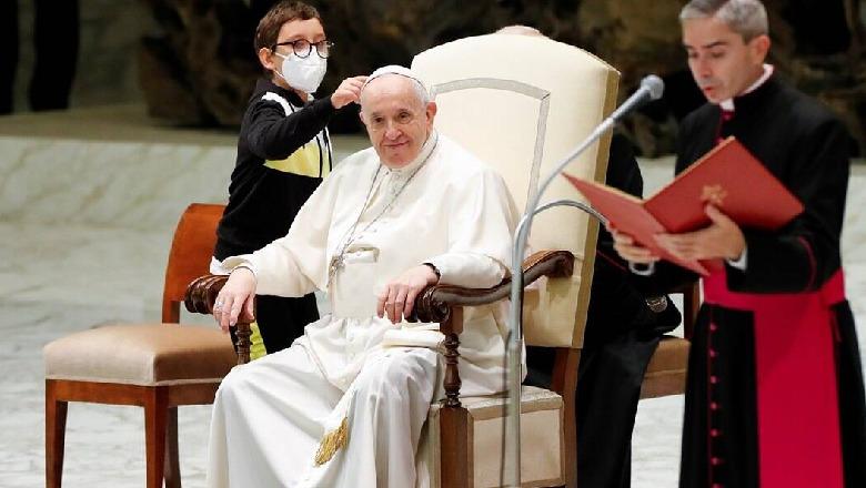 Djaloshi përpiqet që t'i marrë kapelën Papa Françekut gjatë meshës në Vatikan