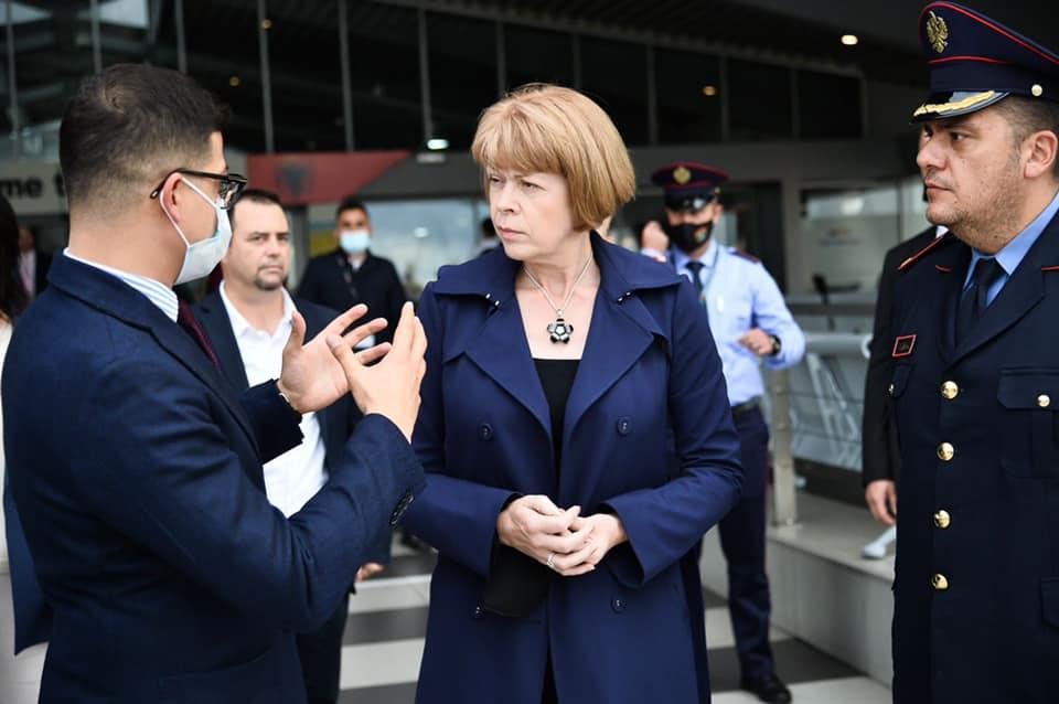 Ministrja për Evropën e Mbretërisë së Bashkuar viziton portin e Durrësit