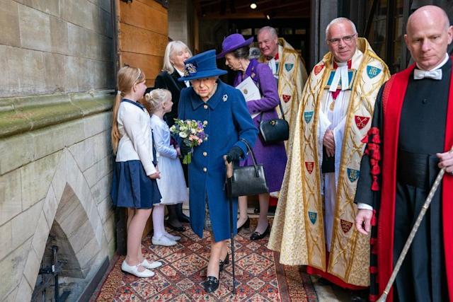 Mbretëresha Elizabeth II shfaqet për herë të parë me bastun