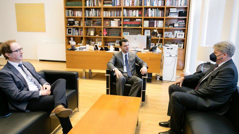Basha me ambasadorin austriak: Miqësia historike midis dy vendeve, aset i çmuar në rrugëtimin e Shqipërisë në arenën ndërkombëtare