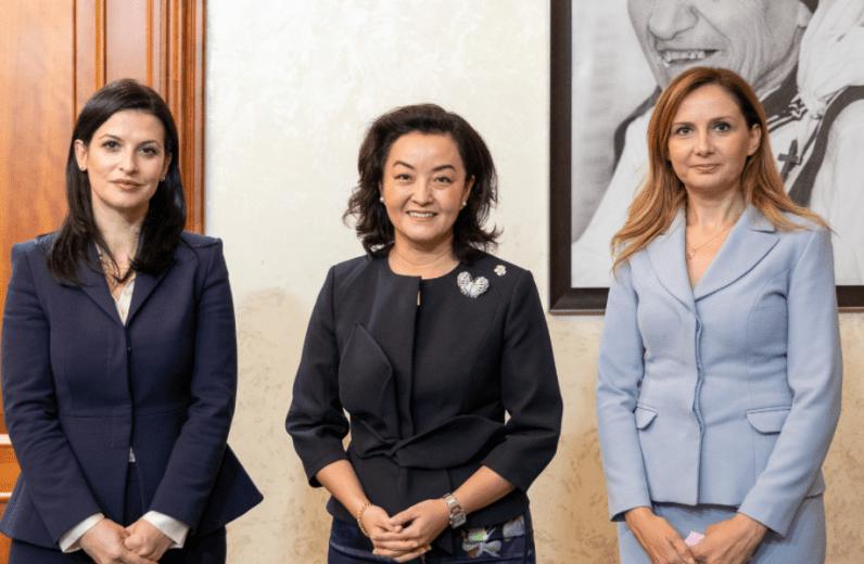 Ambasadorja Kim takon Tabakun dhe Gjonajn: SHBA beson se Shqipëria i përket BE-së