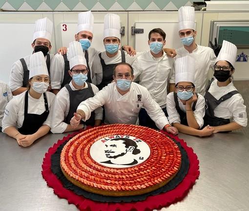 Ibrahimovic feston 40-vjetorin dy ditë para, merr dhuratë një tortë 22 kg