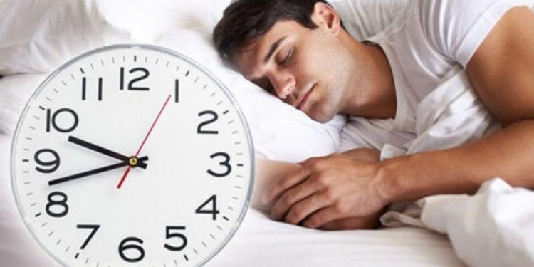 Sa orë duhet të flini bazuar në moshën që keni