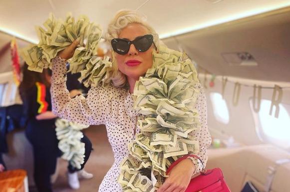 Këngëtarja e famshme pozon me një shall të përbërë nga kartëmonedha 100 dollarëshe